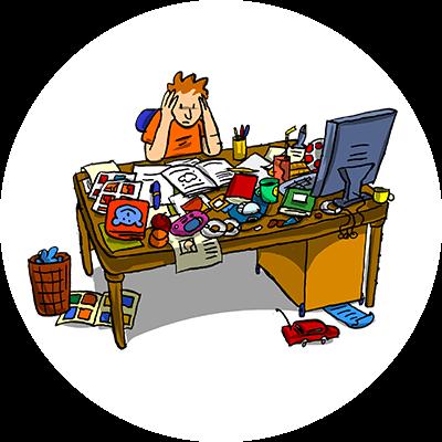 Kind sitzt gestresst am Schreibtisch und weiß nicht, wo er anfangen soll.